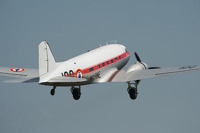 La Ferté-Alais 2010. Douglas DC-3 au décollage.