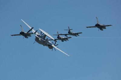 La Ferté-Alais 2010. Groupe aérien embarqué. Deux SEM, deux rafales et un Grumman E-2 Hawkeye.
