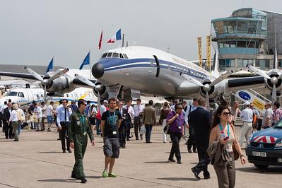 """Salon du Bourget 2013. Lockheed """"Super Constellation"""" devant la tour de contrôle historique de l'aéroport du Bourget."""