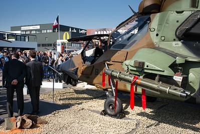 Salon du Bourget 2015. Pavillon du Ministère de la Défense. Beaucoup de monde venu voir le Mirage 2000, le Rafale et le Tigre.