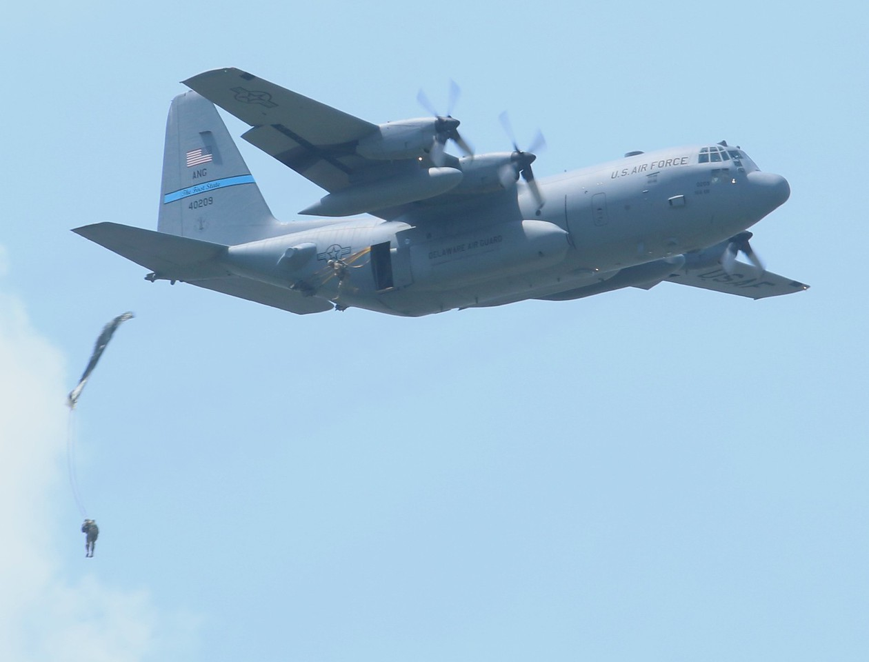 HUSKY01 Delaware ANG C-130H [84-0209] deploying paratroopers