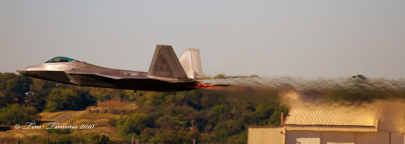F22 Raptor taking off