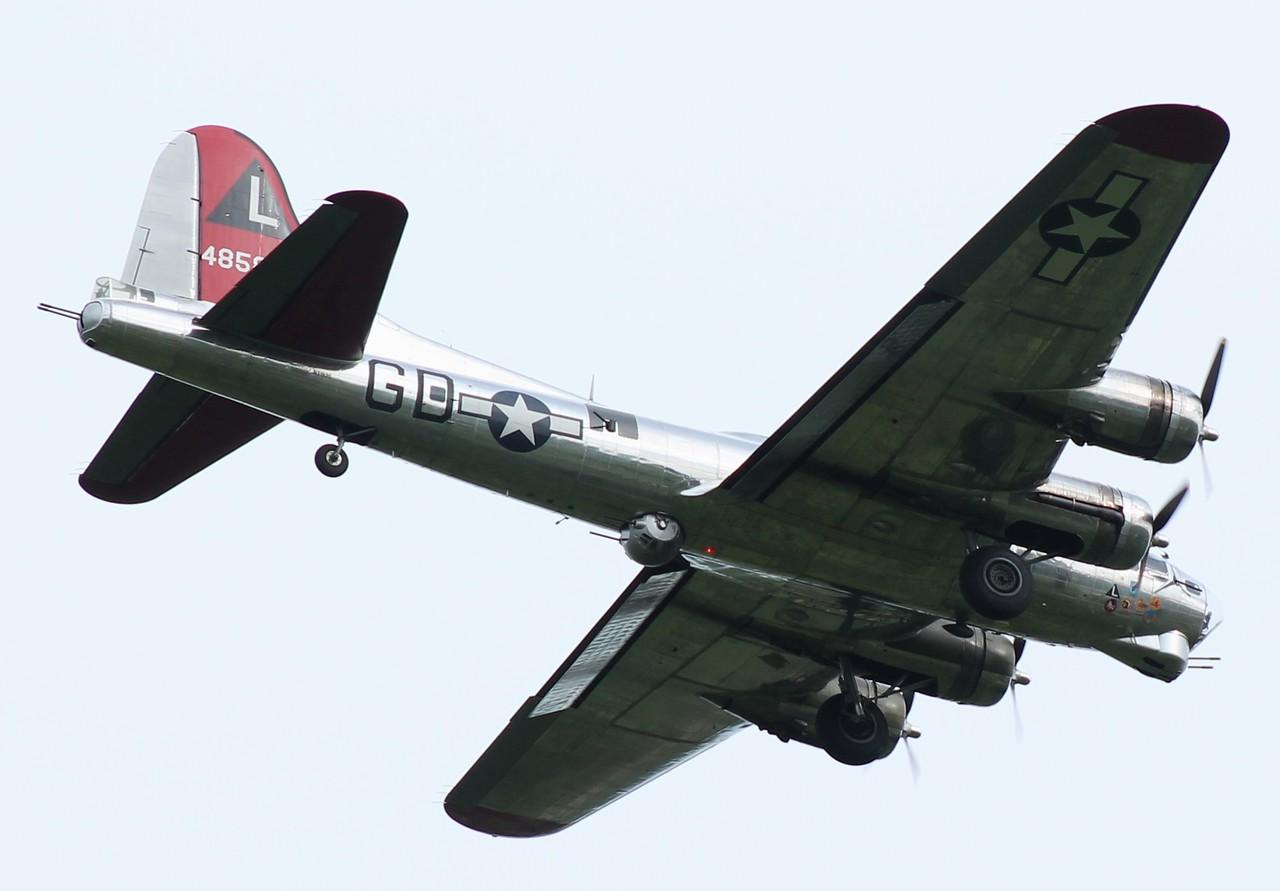 """B-17 """"Yankee Lady"""" inbound RWY 23."""