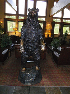 Mt. McKinley Lodge: metal grizzly bear