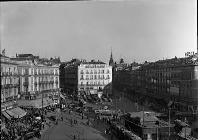 La Puerta del Sol de Madrid en los años 20 o 30.
