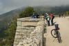 La verdad es que, cada vez que paramos, la bicicletas (de montaña con pedaleo asistido) llaman la atención y la gente se interesa por ellas.
