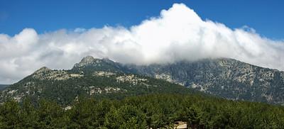 Panorámica (de 2 tomas) de Siete Picos, tapado por la nube, desde el mirador de Vicente Alaixandre.