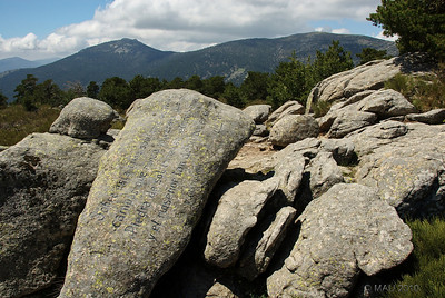 """Junto al mirador, esta roca con el siguiente poemade Vicente Alaixandre:  """" Sobre está cima solitaria os miro campos que nunca volveréis por mis ojos Piedra de sol inmensa, eterno mundo y el ruiseñor tan débil que en su borde lo hechiza."""""""