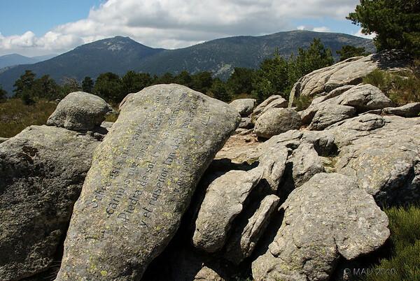 """Junto al mirador, esta roca con el siguiente poemade Vicente Alaixandre:<br /> <br /> """" Sobre está cima solitaria os miro<br /> campos que nunca volveréis por mis ojos<br /> Piedra de sol inmensa, eterno mundo<br /> y el ruiseñor tan débil que en su borde lo hechiza."""""""
