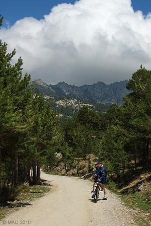 Cuando bajabamos, la nube de Siete Picos se había levantado e hice para a mis hermanos para hacer esta foto.