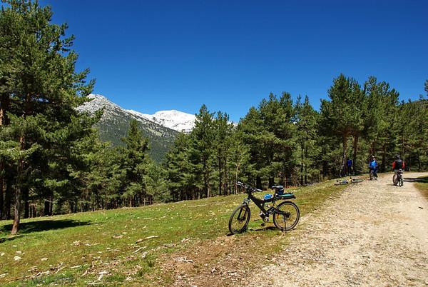 Seguimos subiendo, segunda parada. Mi biciclata en primer término.<br /> <br /> Still going up, second stop. My bicycle in foreground.