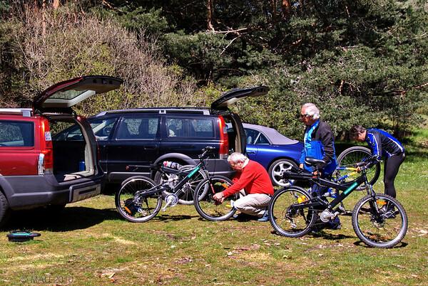 Descargando y preparando las bicicletas.<br /> <br /> Unloading and preparing the bicycles.