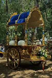 La carroza de la virgen aparcada tras la ermita  The carrage used for the Virgin, parked behind the chapel.