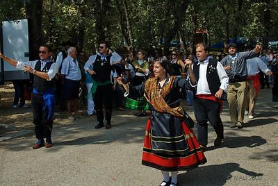 Bailando la Jota mientras desfilan.  Dancing JOTA while parading.