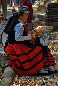 Madre e hija vestidas de 'Serrana'.   Mother and daughter dressed with the traditional dress of 'Serrana'.