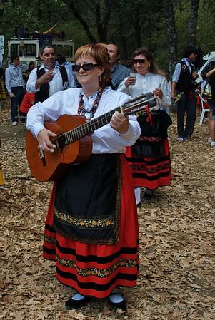 Tocando, cantando y bailando.<br /> <br /> Playing, singing and dancing.