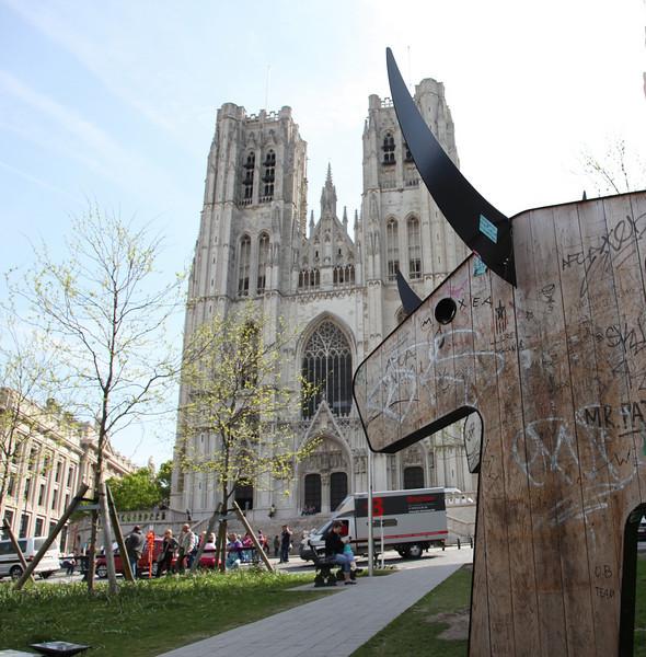 """Cathédrale Saints-Michel-et-Gudule (along with a more modern """"sculpture"""" on the front lawn)"""