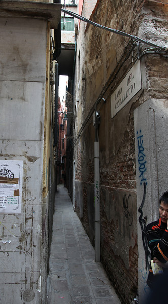 One of the many narrow streets of Venezia