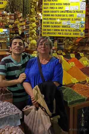 Este chaval, que hablaba un muy buen Español, se quiso hace una foto con Esther. Aunque no le compramos nada.<br /> <br /> This teenager, who spoke a quite good Spanish, insisted in having a ohoto with Esther. Even though we didn't purchase anything from him.