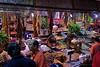 Una de las muchísimas tiendas.<br /> <br /> One of the many shops.