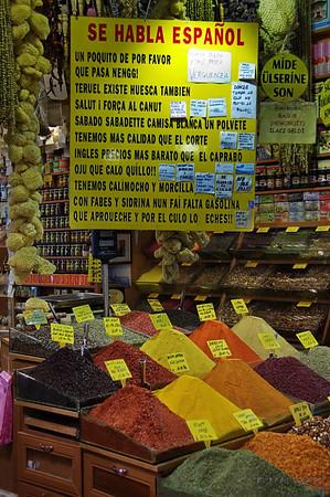 Hay muchos turistas Españoles y tratan de captar nuestra atención.<br /> <br /> There are many Spanish tourist and thay try to catch our attention.