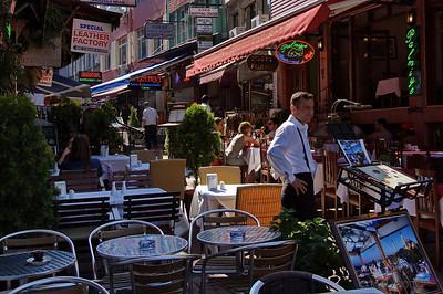 En esta calle había varios restaurantes con buena pinta, pero decidimos seguir mirando.  There were several nice restaurants in this street, but we decided to look a bit more.