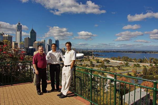 El 'gran jefe' en el centro con dos compañeros de Estados Unidos.<br /> <br /> The 'big boss' in the center with two colleagues from USA.