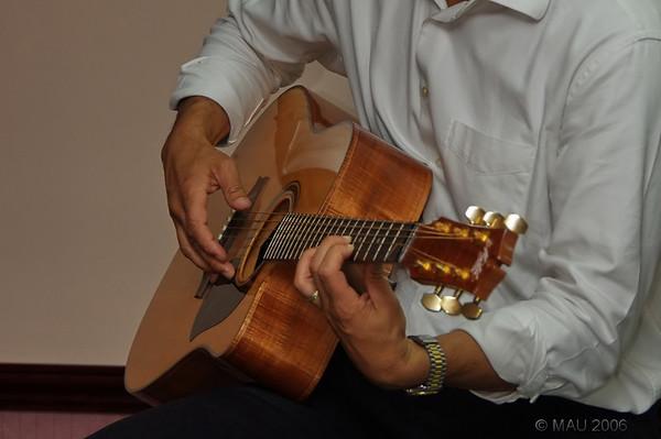 Y era bueno con la guitarra.<br /> <br /> And he was good with the guitar.
