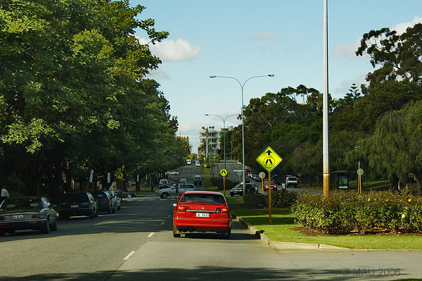 Me llamó la atención la amplitud de sus calles y avenidas, con achas aceras ajardinadas y con árboles.<br /> <br /> Wide streets and avenues called my attention.