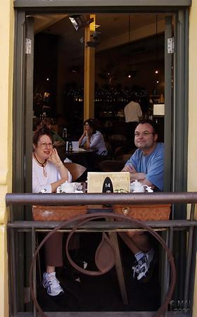 Denise y David en su mesa y ventana preferida del café 'King Street No. 44' donde suelen ir a desayunar los sábados.<br /> <br /> Denise and David sitting at their preferred table and window in 'King Street No. 44'  cafe where they usually have breakfast on Saturdays.