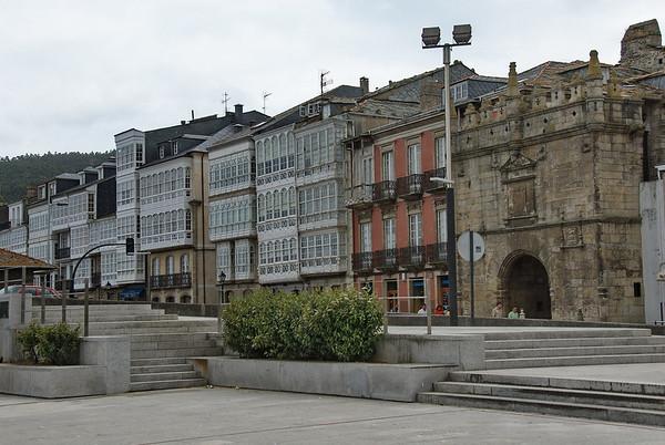 Puerta de Carlos V y fachadas típicas