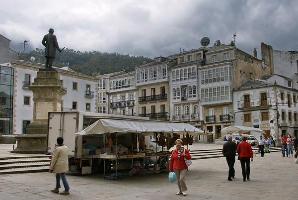 Plaza Mayor y estatua de Nicomedes Pastor Díaz