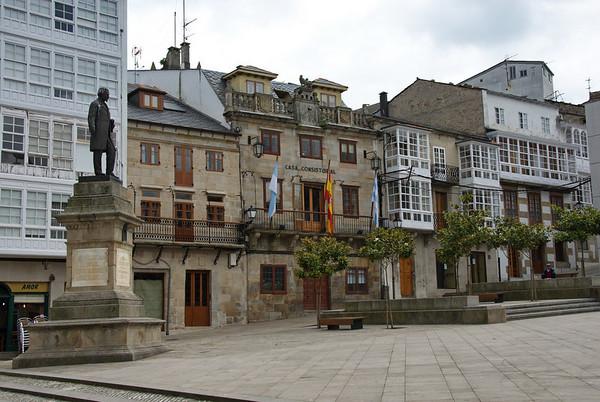Plaza Mayor y estatua de Nicomedes Pastor Díaz y Casa Consistorial