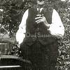 F2406<br /> Opa Piet van der Voort (geb. 24-09-1862) bij de bijenkasten op Menneweg 51. Hij was de vader van Chris van der Voort. Foto: 1927.