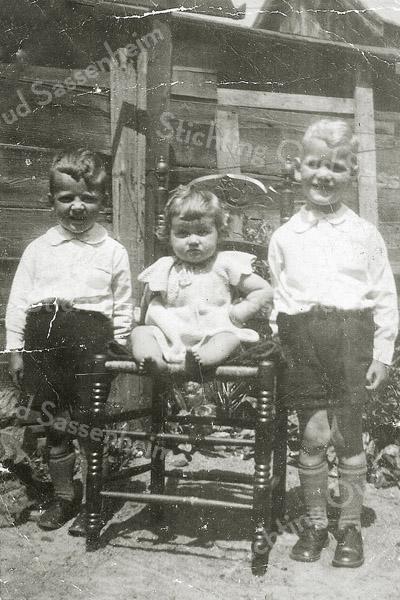 F3385<br /> Ed, Coby en Leo Waasdorp in de tuin aan de Vaartkade in 1938