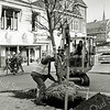 F2536<br /> Bomen planten op de hoek Hoofdsstraat/J.P. Gouverneurlaan. Foto: 2003