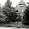 F0453 <br /> De vroegere woning van de fam. Oostveen aan de Jacoba van Beierenlaan nr. 16. Later woonde hier de fam. Hulsbergen (van de operettevereniging Beatrix). De woning is een ontwerp van architect Loman en is gebouwd in 1926. Het pand stond op de plaats waar nu basisschool De Overplaats is en het werd in 1973 afgebroken.