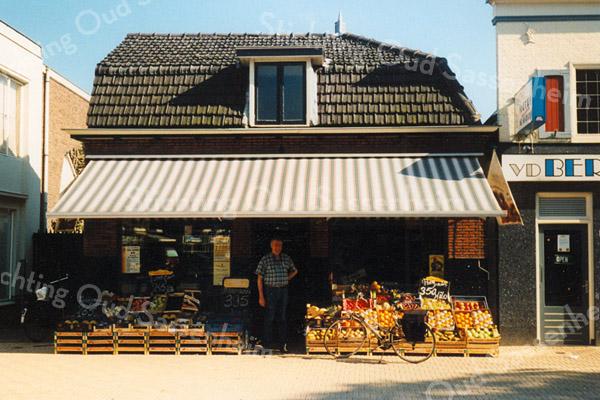 F1590c <br /> Winkel en woonhuis van de groente- en fruitzaak van de gebroeders Koning (voorheen J. Faas), met in de deuropening Piet Koning. De winkel is gesloopt in 2003 en vervangen door nieuwbouw. Foto 2000.