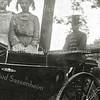F1142 <br /> Feestelijke herdenking 1813-1913, het Onafhankelijkheidsfeest. Op de foto mej. H. Wüstenhoff, mej. A. Speelman en koetsier W. Oudshoorn. Zij deden op 18 september 1913 mee aan de grote historisch-allegorische optocht.