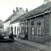 F3611<br /> Het Kuipershofje, een oud buurtje tussen de Hortuslaan en het kerkhof van de Dorpskerk. Het is aannemelijk dat daar ooit een 'kuiper' heeft gewoond, iemand die kuipen of tonnen maakte. Maar bewijs daarvoor hebben we niet. Het buurtje is gesloopt in 1959.