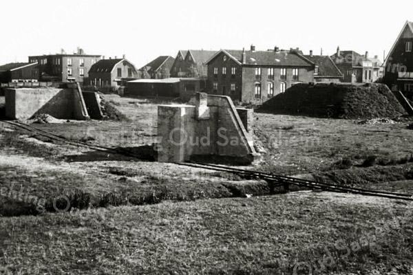 F2759<br /> De bunker achter huize Vredesteyn. De bollenschuur links (plat dak) is van de fa. Martin van Diest. De rechter bollenschuur is van de fa. Rotteveel.