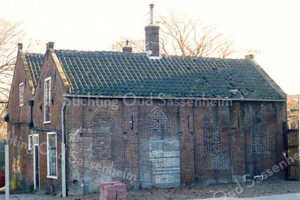 F0359 <br /> Het eerste gereformeerde kerkje aan de Hoofdstraat. Het gebouwtje dateert van 1820. Het is in gebruik geweest als kerk van 1865–1876. Het adres was Hoofdstraat 139. Het pand is in 1867 verbouwd om de voorzijde geschikt te maken als kosterswoning en de achterzijde als kerk. In later jaren hadden de dames Rooza (later ook wel Roosa) hun kruidenierswinkel aan de voorzijde. De gevel toont duidelijk de vormen van gotische vensters, die in de loop der jaren zijn dichtgemetseld. Het pand is in 1997 afgebroken. Foto: 1990.