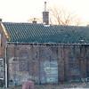 F0359 <br /> Het eerste gereformeerde kerkje aan de Hoofdstraat. Het gebouwtje dateert van 1820. Het is in gebruik geweest als kerk van 1865–1876. Het adres was Hoofdstraat 139. Het pand is in 1867 verbouwd om de voorzijde geschikt te maken als kosterswoning en de achterzijde als kerk. In later jaren hadden de dames Roosa hun kruidenierswinkel aan de voorzijde. De gevel toont duidelijk de vormen van gotische vensters, die in de loop der jaren zijn dichtgemetseld. Het pand is in 1997 afgebroken. Foto: 1990.