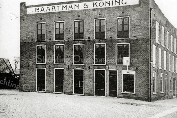 F0677 <br /> De schuur van Baartman & Koning N.V. De schuur stond aan de Hoofdstraat ter hoogte van de Koningstraat en is in 1976 gesloopt.