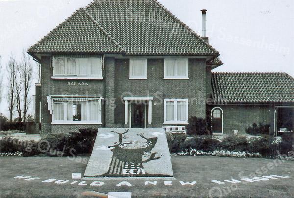 F3192<br /> Villa Bakara aan de Hoofdstraat 53 met een bloemenmozaïk (we build a new Europe) in de tuin. De villa werd vroeger bewoond door de fam. Verdegaal. Nu (2014) woont H. Matze in deze villa. Foto: 1983.