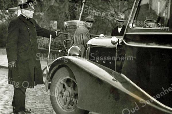 F3493<br /> Hoofd van de politie Sassenheim dhr. Geerts tijdens de 'bussenoorlog' . Foto: 1935