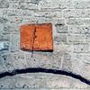 F0100 <br /> De zonnewijzer werd tijdens de restauratie van de  Ned.-herv. Kerk of Dorpskerk in 1971 onder een dikke laag klimop gevonden. Merkwaardigerwijs was deze ondersteboven in de muur geplaatst. De naald was totaal vergaan. Na een dure restauratie, bekostigd door koster S. Vliem, prijkt de zonnewijzer tegenwoordig weer boven de zijdeur. Meer informatie over de zonnewijzer in het kerkblad Hervormd Sassenheim. Foto: 1998.