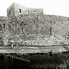 F2194<br /> De ruïne van Teylingen. De ruïne bestaat uit een ringmuur met woontoren (donjon) en een overblijfsel van de slotgracht. Het kasteel werd gebouwd in de 13de eeuw als waterburcht met voorburcht. Om de burcht was een gracht met valbrug. Jacoba van Beieren overleed hier in 1436. Het slot werd verwoest in 1573, maar werd in het begin van de 17de eeuw weer hersteld. Het werd toen een gevangenis en er werd een woonhuis bij gebouwd. In de Franse tijd werden alle gebouwen afgebroken, behalve de middeleeuwse burcht.
