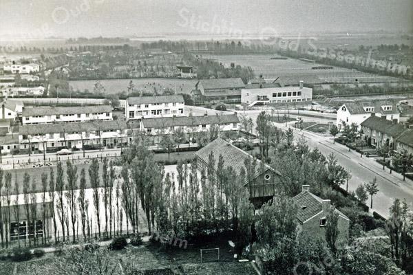 F3151<br /> Luchtfoto van het centrum van Sassenheim. De Parklaan, met rechts (in de bocht) De Ankerplaats. Middenboven is het muziekpodium te zien.