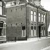 F0482 <br /> Het centrum van de Hoofdstraat met links het postkantoor. Verder het huis van dokter A.A. Hueber, dat in 1956 verbouwd werd tot winkel en woonhuis van de fam. G. Lascaris (nu Blokker). Daarnaast het bekende witte huisje van schilder Van Goeverden, dat inmiddels gesloopt is.Vervolgens de kruidenierswinkel van G.C. van Goeverden, later Bruna en The Read Shop. Tenslotte het huis en de schilderswinkel van A. Vogelaar, later Intertoys.